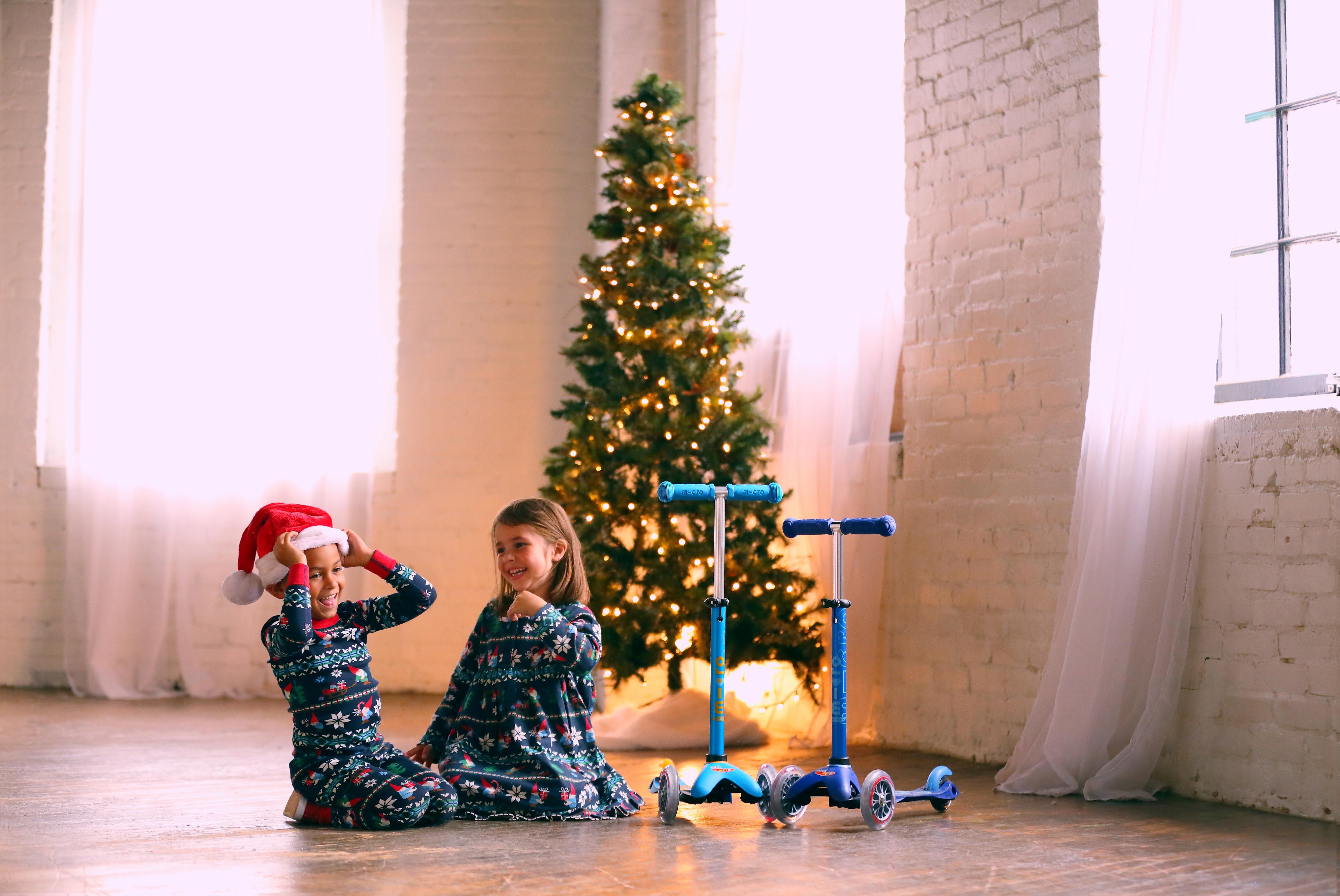 Image d'enfants à Noël avec des trottinettes Micro-Mobility