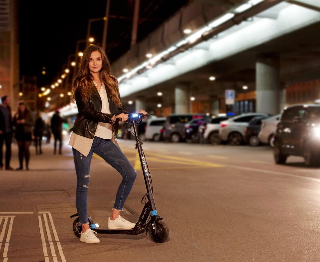 Image femme sur trottinette Micro Merlin en ville