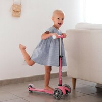 Une vraie princesse et sa Mini Micro Deluxe Magique ! 👸Merci @mum.andco 💙#MicroMobility #WeAreMobility #MiniMicroDeluxe #ChildMobility #Safety #Famille #TrottinetteEnfant #Scooterforkid #Kids #lifestyle #Urban