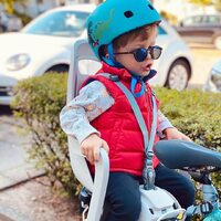 La sécurité, oui... mais avec style ! 😎🦖 ⠀ ⠀ 📷 @amandinefrn ⠀ . ⠀ . ⠀ #MicroMobility #WeAreMobility #Accessoires #Casque #ChildMobility #Safety #velo #Famille #TrottinetteEnfant #Scooterforkid #Kids #lifestyle #urban ⠀ ⠀ ⠀