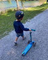 Mais qui voilà ? Un petit garçon et sa compagne de route, la Mini Micro Deluxe ! Et pour compléter le look, le casque Rocket. 🚀Merci @mum_astuces 💙#MicroMobility #WeAreMobility #MiniMicroDeluxe #ChildMobility #Safety #Famille #TrottinetteEnfant #Scooterforkid #Kids #lifestyle #Urban